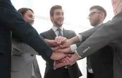 Groupe d'amis avec des mains dans la pile, travail d'équipe Photographie stock