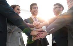 Groupe d'amis avec des mains dans la pile, travail d'équipe Image stock