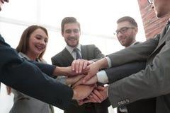 Groupe d'amis avec des mains dans la pile, travail d'équipe Photo libre de droits
