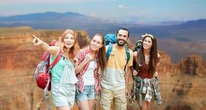 Groupe d'amis avec des sacs à dos au canyon grand Images stock