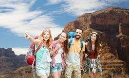 Groupe d'amis avec des sacs à dos au canyon grand Photo stock