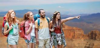 Groupe d'amis avec des sacs à dos au canyon grand Photos stock