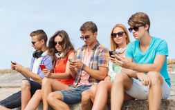 Groupe d'amis avec des smartphones dehors Photo libre de droits