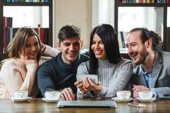 Groupe d'amis avec du café et de regarder le smartphone Photo stock