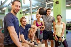 Groupe d'amis avec l'article de sport dans le gymnase Photo libre de droits