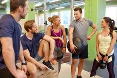 Groupe d'amis avec l'article de sport dans le gymnase Image libre de droits