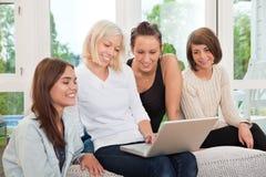 Groupe d'amis avec l'ordinateur portable Photo stock