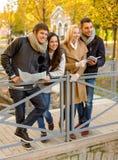 Groupe d'amis avec la carte dehors Photographie stock libre de droits