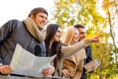 Groupe d'amis avec la carte dehors Photo stock