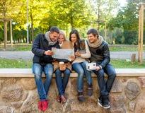 Groupe d'amis avec la carte dehors Images libres de droits