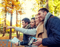 Groupe d'amis avec la carte dehors Image libre de droits