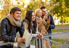 Groupe d'amis avec la carte et l'appareil-photo dehors Photo libre de droits