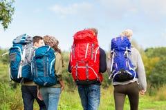 Groupe d'amis avec la hausse de sacs à dos Photo libre de droits