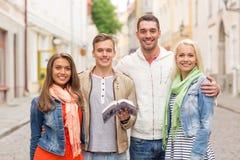 Groupe d'amis avec la ville l'explorant de guide de ville Image libre de droits