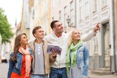 Groupe d'amis avec la ville l'explorant de guide de ville Photographie stock