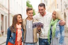 Groupe d'amis avec la ville l'explorant de guide de ville Photographie stock libre de droits