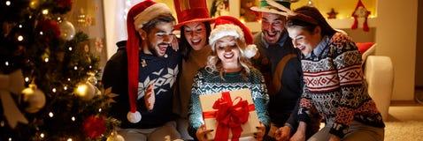 Groupe d'amis avec le cadeau de Noël Photographie stock libre de droits