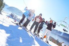 Groupe d'amis avec le ski des vacances d'hiver - skieurs ayant l'amusement sur la neige Foyer sélectif photos stock