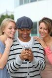 Groupe d'amis avec le téléphone Image stock