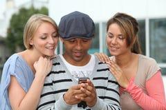 Groupe d'amis avec le téléphone Photo libre de droits