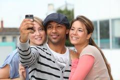 Groupe d'amis avec le téléphone Photographie stock