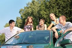 Groupe d'amis avec le véhicule extérieur Photos stock