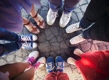 Groupe d'amis avec leurs jambes en cercle complet photo stock