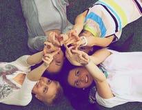 Groupe d'amis avec leurs mains dans l'AI Photos stock