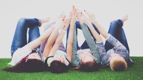 Groupe d'amis avec leurs mains dans l'AI Photographie stock
