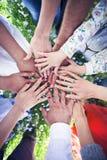 Groupe d'amis avec leurs mains en cercle complet Photo libre de droits