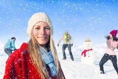 Groupe d'amis avec un bonhomme de neige Images stock