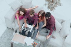 Groupe d'amis avec un ordinateur portable, discutant la vidéo Images libres de droits
