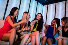 Groupe d'amis ayant des verres de tir de tequila Photos libres de droits