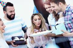 Groupe d'amis ayant l'amusement à la fête d'anniversaire Photos libres de droits