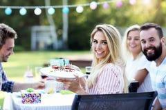 Groupe d'amis ayant l'amusement à la fête d'anniversaire Photo libre de droits