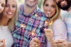 Groupe d'amis ayant l'amusement à la fête d'anniversaire Image libre de droits