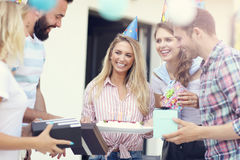 Groupe d'amis ayant l'amusement à la fête d'anniversaire Image stock