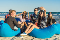 Groupe d'amis ayant l'amusement à la plage Image libre de droits