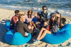 Groupe d'amis ayant l'amusement à la plage Photo stock