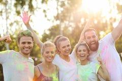 Groupe d'amis ayant l'amusement au festival de couleur Image libre de droits