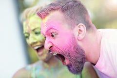 Groupe d'amis ayant l'amusement au festival de couleur Images libres de droits