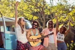 Groupe d'amis ayant l'amusement au festival de musique Image libre de droits