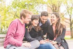 Groupe d'amis ayant l'amusement au parc à Berlin Photographie stock