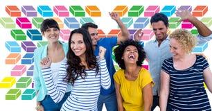 Groupe d'amis ayant l'amusement avec le modèle géométrique coloré photos libres de droits