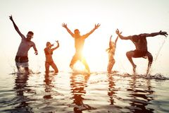 Groupe d'amis ayant l'amusement dans l'eau Photographie stock libre de droits