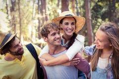 Groupe d'amis ayant l'amusement dans la forêt Photos stock