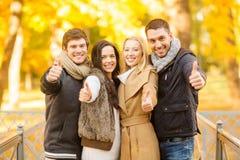 Groupe d'amis ayant l'amusement dans le parc d'automne Photos libres de droits