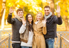 Groupe d'amis ayant l'amusement dans le parc d'automne Images stock