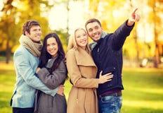 Groupe d'amis ayant l'amusement dans le parc d'automne Image libre de droits