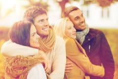 Groupe d'amis ayant l'amusement dans le parc d'automne Images libres de droits